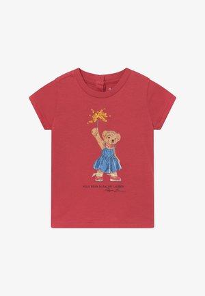 BEAR TEE - Print T-shirt - nantucket red