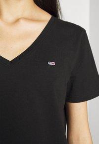 Tommy Jeans - 2PACK V NECK TEE - T-shirt z nadrukiem - black - 4