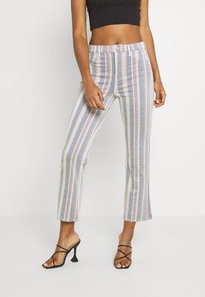 KICK CROP - Trousers - gray