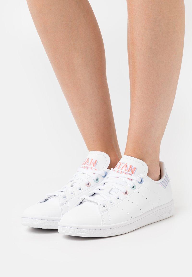 adidas Originals - STAN SMITH  - Sporta apavi - footwear white/violet tone/clear pink
