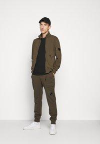C.P. Company - Teplákové kalhoty - ivy green - 1