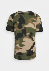adidas Originals - CAMO CALI - T-shirt con stampa - wild pine/multicolor/black - 7