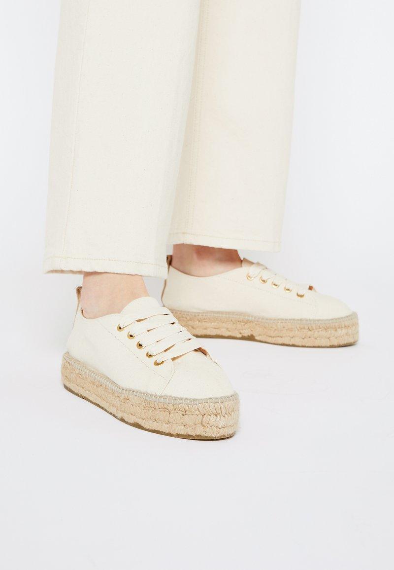 JUTELAUNE - VEGAN  - Volnočasové šněrovací boty - beige