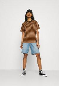 Carhartt WIP - ROBIE - Print T-shirt - robie/rum/black - 1