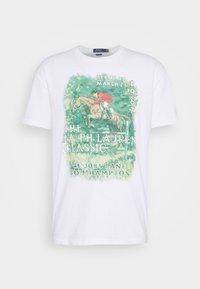 UNEVEN - Print T-shirt - white
