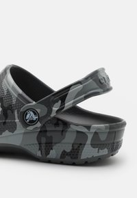 Crocs - CLASSIC UNISEX - Klapki - slate grey/multicolor - 5