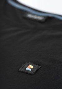 recolution - RECO BADGE - Basic T-shirt - black - 5