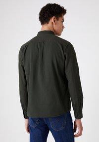 Wrangler - LS 2PKT FLAP - Shirt - rifle green - 2