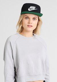Nike Sportswear - FUTURA PRO - Cap - black/pine green/black/white - 5