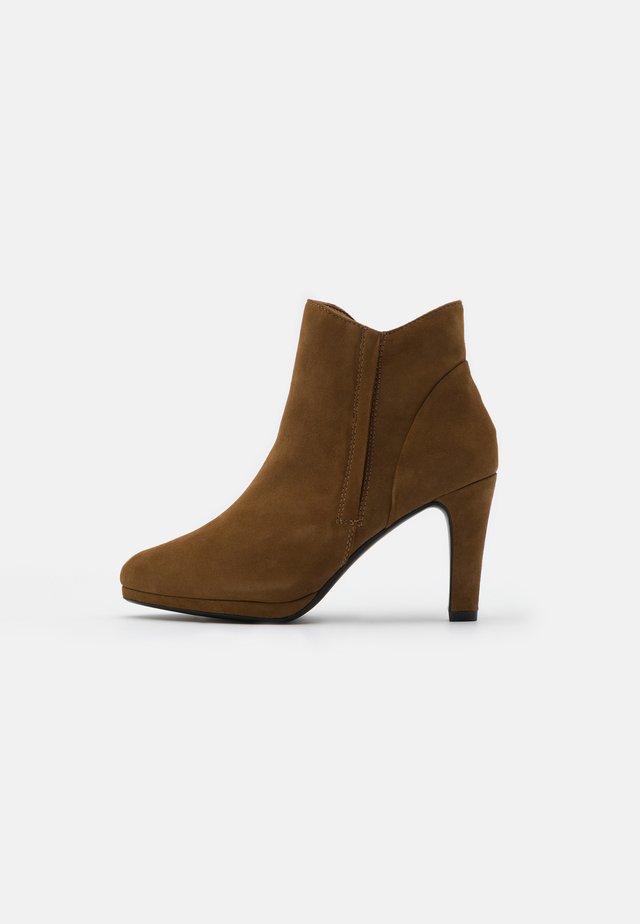 Kotníková obuv na vysokém podpatku - wood