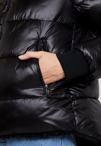 Guess - FELICIA REVERSIBLE JACKET - Winter jacket - jet black - 6