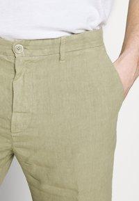 120% Lino - Short - olive - 3