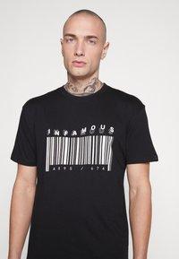 Common Kollectiv - UNISEX PRINTED SLOGAN CASH TEE - Print T-shirt - black - 4