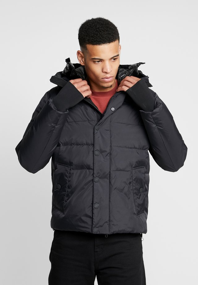 COAT WITH DETACHABLE HOOD AND PATCH ON SLEEVE - Winter jacket - black
