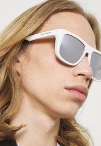 Alexander McQueen - UNISEX - Occhiali da sole - white - 1