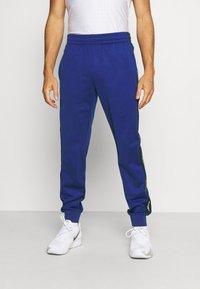 Lacoste Sport - TENNIS PANT BLOCK - Verryttelyhousut - cosmic/navy blue/white - 0