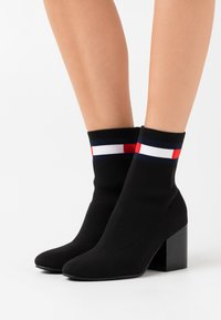 Tommy Jeans - FLAG SOCK MID HEEL BOOT - Botki - black - 0