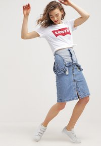 Levi's® - THE PERFECT - Camiseta estampada - woodgrain batwing/white - 1