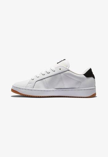 STRIKER - Skate shoes - white black gum