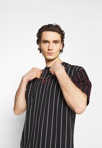 Karl Kani - UNISEX SMALL SIGNATURE PINSTRIPE TEE - T-shirt imprimé - black - 3