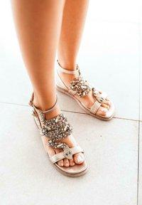 Alma en Pena - SIENA - Ankle cuff sandals - gold - 0