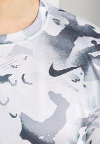 Nike Performance - DRY TEE - Triko spotiskem - photon dust/dark smoke grey - 5