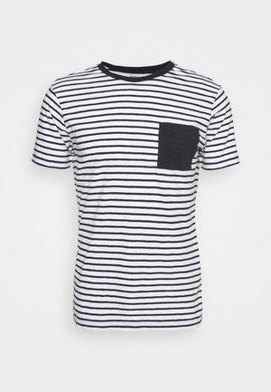 ALDER STRIPED TEE CHEST POCKET - Print T-shirt - total eclipse