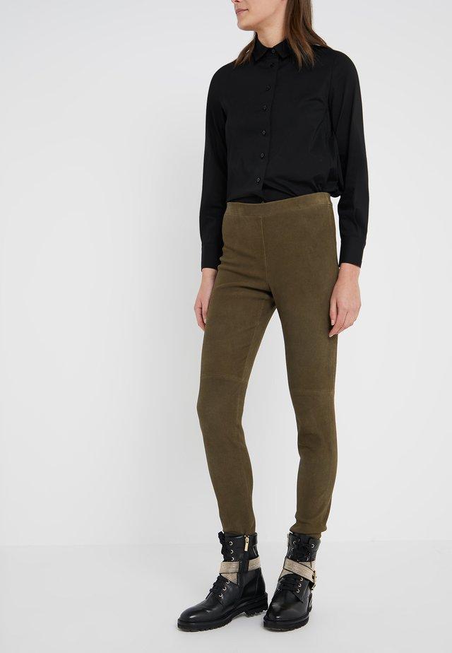 LUXURY PANTS - Spodnie skórzane - urban green