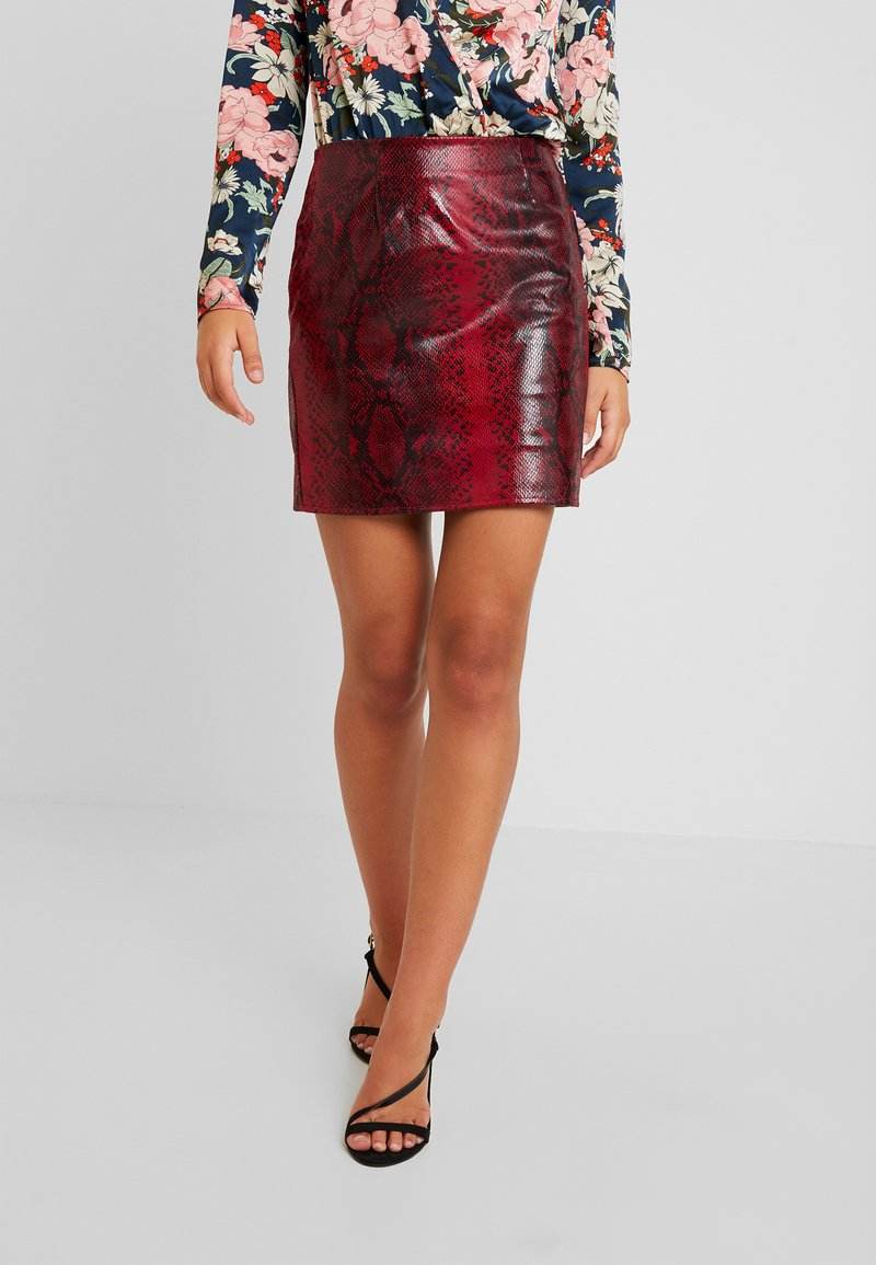 Missguided - TEXTURED SHINY SNAKE PRINT SKIRT - Minijupe - red