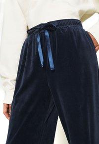 Vero Moda - VMATHENA  - Tracksuit bottoms - navy blazer - 5