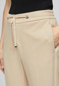 s.Oliver BLACK LABEL - Pantalon classique - beige - 4