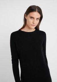 pure cashmere - CREW NECK DRESS - Pletené šaty - black - 4