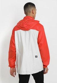 Nike SB - ANORAK PACK HOOD - Windbreaker - vintage coral/light bone/hyper royal - 2