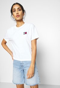 Tommy Jeans - BADGE TEE - T-shirt basique - white - 3