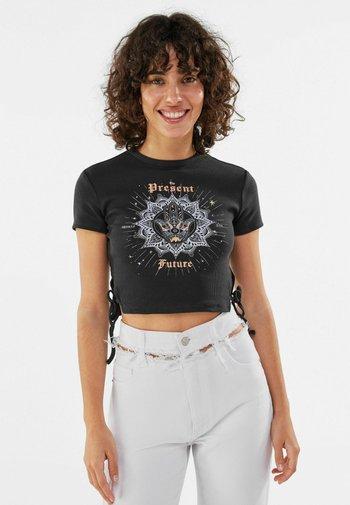 MIT SCHNÜRUNG - T-shirt z nadrukiem - dark grey