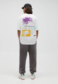 PULL&BEAR - T-shirt med print - white - 3