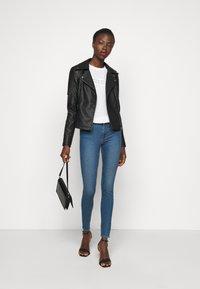 PIECES Tall - PCPEGGY  - Skinny džíny - medium blue denim - 1