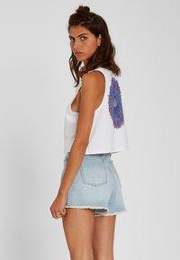 Volcom - STONEY HIGH RISE SHORT - Denim shorts - sun_faded_indigo - 2