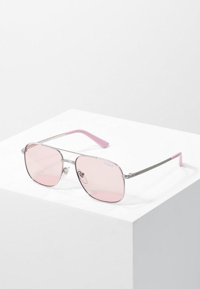 GIGI HADID - Solbriller - pink