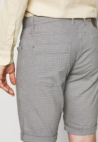 TOM TAILOR - STRUCTURED - Kraťasy - grey - 4