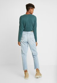 American Eagle - CURVY MOM JEAN - Jeans Relaxed Fit - light repair - 2