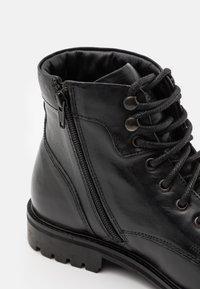 Levi's® - ROBERTS - Šněrovací kotníkové boty - regular black - 5