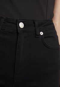 NA-KD - HIGH WAIST OPEN HEM - Jeans Skinny Fit - black - 4