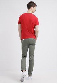 GANT - ORIGINAL SLIM V NECK - T-shirt - bas - bright red - 2