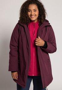 Ulla Popken - PLUS SIZE ECO BIONIC-FINISH® STRETCH - Light jacket - berry - 0