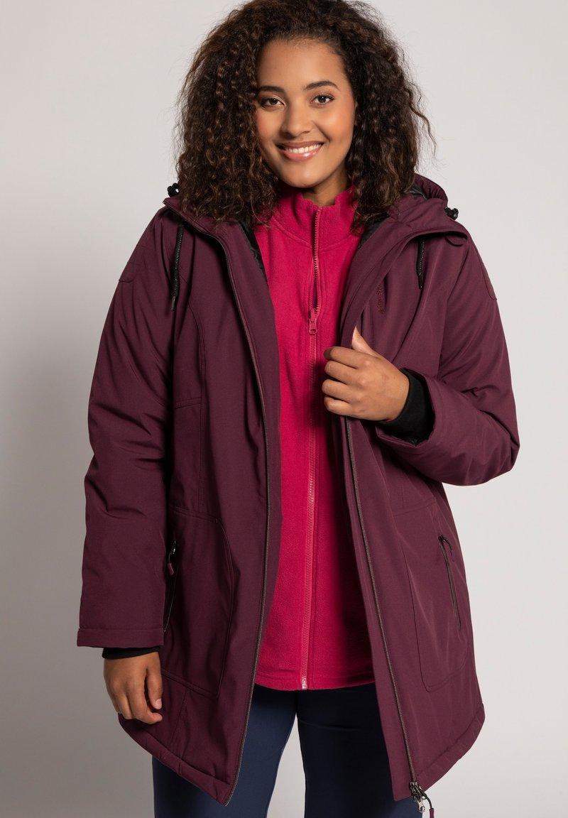 Ulla Popken - PLUS SIZE ECO BIONIC-FINISH® STRETCH - Light jacket - berry