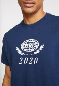 Levi's® - RELAXED GRAPHIC TEE - T-shirts print - crest dress blues - 5