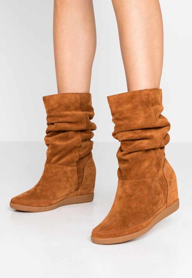 EMMY SLOUCHY - Wedge boots - brown