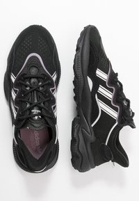 adidas Originals - OZWEEGO - Sneakersy niskie - core black/offwhite/legion purple - 3