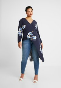 Lost Ink Plus - EXCLUSIVE BUTTON FRONT PRINTED BLOUSE - Blouse - navy - 0